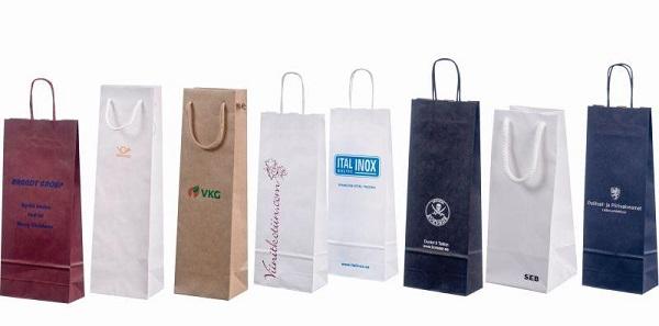 Các túi giấy thường in tên thương hiệu/ sản phẩm và có các màu sắc khác nhau