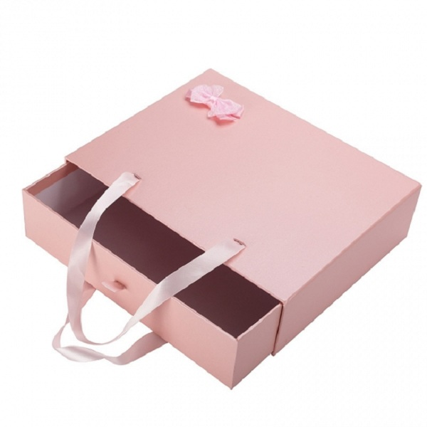 Sự kết hợp sáng tạo giữa hộp giấy và túi giấy, tạo sự mới mẻ cho người dùng.